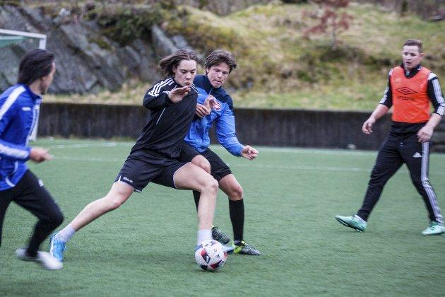 OPPKØYRING: Kvernbit sitt A-lag har seriestart 26. april mot Eikelandsfjorden heime på Fossemyra kunstgras. Torsdag var dei i full gang med oppkøyringa på treningsfeltet.