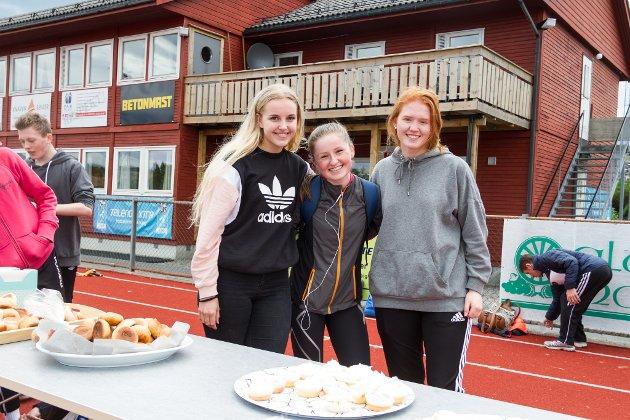 Madelen Nordeide Tvedt, Katrine Kjeka og Vilgjerd Bogetvedt har baka heile 300 bollar, og 80 muffins til arrangementet.