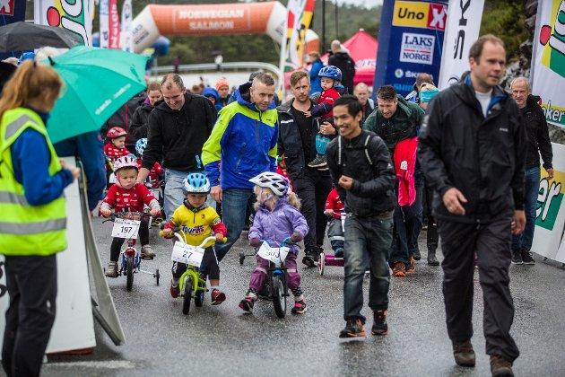 Innsatsviljen og humøret var på topp då sykkelsirkuset Tour of Norway for kids vitja Knarvik laurdag. Her var det sykkelglede i store mengder om ein trilla på tre hjul med mor eller far som ekstramotor eller gjekk for siger med full kraft.