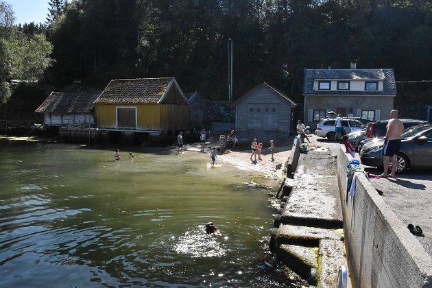 Sol, strand og badeliv på Hjelmås.