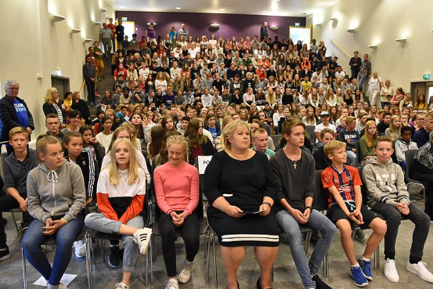Statsminister Erna Solberg på besøk i Knarvik. Knarvik ungdomsskule.