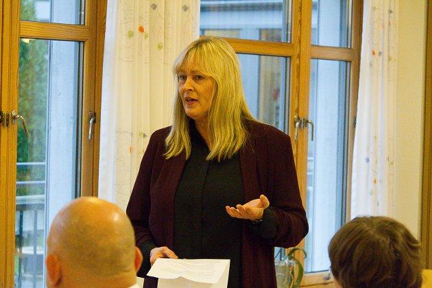 Kommunalsjef for helse og omsorg i Lindås kommune, Leni Dale, har fått mykje kritikk etter at kommunen for litt tid tilbake innførte nye feriereglarar for brukarane av helse- og omsorgstenestene.