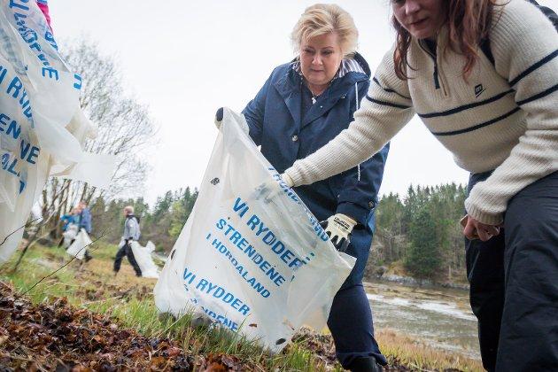 «Det er lite hjelp i at statsminister Erna Solberg (H) kjem til Nordhordland og er med å plukke plastposar i fjæresteinane dersom ho og regjeringa lar ein ubåt fullasta med kvikksølv ligge på havets botn», skriv Nh-redaktøren i denne leiaren.