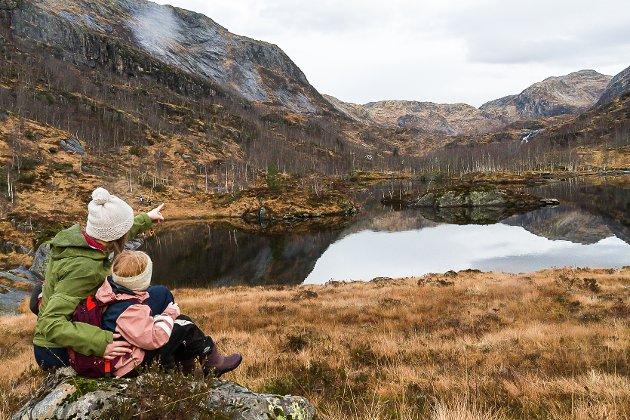 I helga tok eg med mi fem år gamle dotter til Stølsheimen. Vi sette oss ned, og kika mot fjell og fossen i det fjerne. Her vil altså myndigheitene øydelegge alt for alltid.