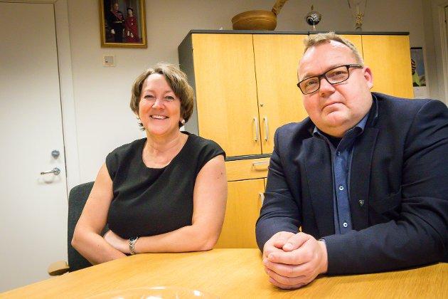 Lindås-ordførar Astrid Aarhus Byrknes (KrF) og Fedje-ordførar Stian Herøy (H) etter at ein samla transport- og kommunikasjonskomité vedtok at regjeringa må sjå på om det finst ny kunnskap som gjer heving av kvikksølvubåten U-864 aktuelt.