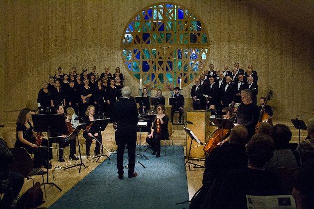 Alversund kammerkor framførte «Juleoratoriet» av Johann Sebastian Bach i Knarvik kyrkje søndag.
