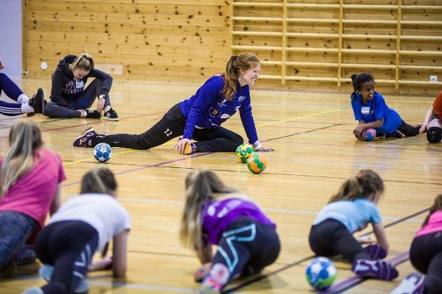 Lørdag arrangerte Jenter 15 i Nordre Holsnøy IL Håndballens dag for 32 spelarar frå 10-14 år. Spelarane som deltek får ha det gøy med håndball, dei lærer nye ting og har det kjekt i lag med andre som dei gjerne ikkje kjenner frå før.