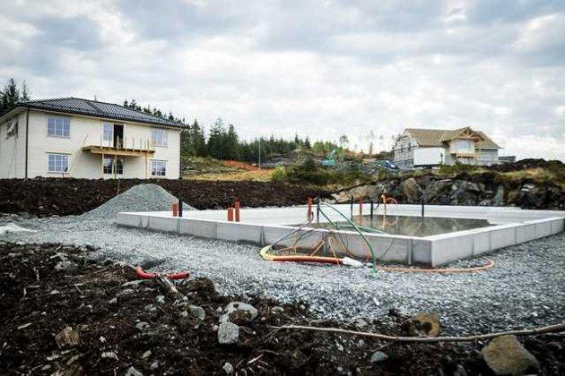 Arbeidet med dei fyrste 16 tomtene i prosjektet er i gang. Fem hus er under bygging og den sjette tomta er klar.