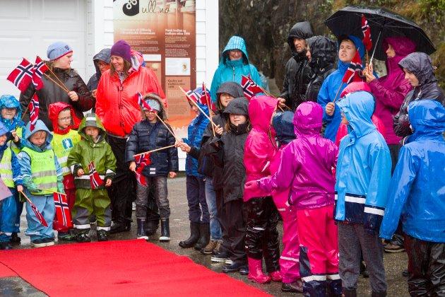 Både håpefulle barn og vaksne hadde møtt opp ved den raude løparen i regnvêret.