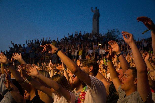 Heile området framfor scena var fullstappa av folk som ville få med seg konserten til Kjartan Lauritzen fredag.