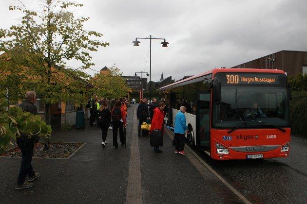 Det har vore mange endringar på kort tid for busspassasjerane i Nordhordland. Torsdag vart det innført både nye direkteruter til Bystasjonen i Bergen og samtidig starta Nettbuss opp på sitt nye anbod med 84 nye bussar.