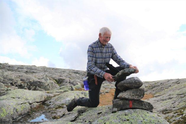 Atle Bondevik har vore med og merkja stien til topps.