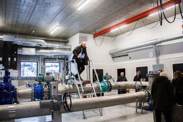Arne Eikefet, prosjektleiar i Lindås kommune viste dei frammøtte pumpeanlegget på Sjurset.