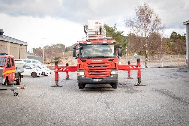 Equinor Mongstad har ein av landets største brannbilar. Det er ein fem aksla Scania med ein Bronto F54 RLX lift som kan spyla 6000 liter i minuttet.