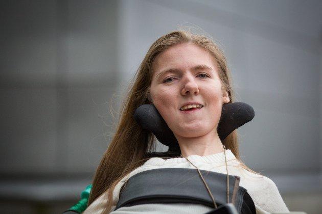 Serenne Vikebø fra Hylkje er avhengig av assistentene sine for å studere. Hun mener kommunen burde dekke behovet.