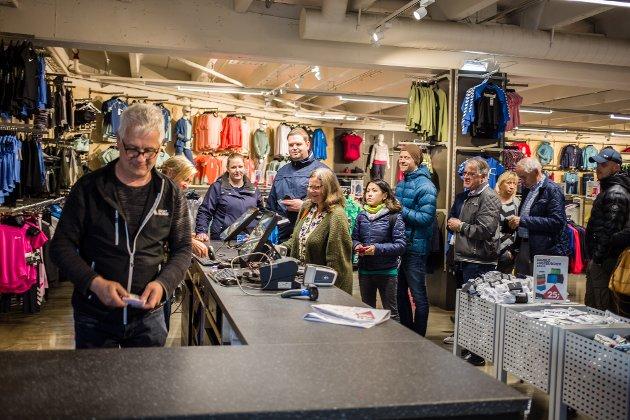 Sportsbutikken Atleten har flytta inn i dei tidlegare Kiwi-lokala i Knarvik senter. Bjørn Ru