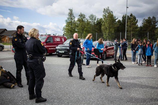 Elevane fekk sjå hundepatruljen i aksjon under aktivitetsdagen på brannstasjonen.