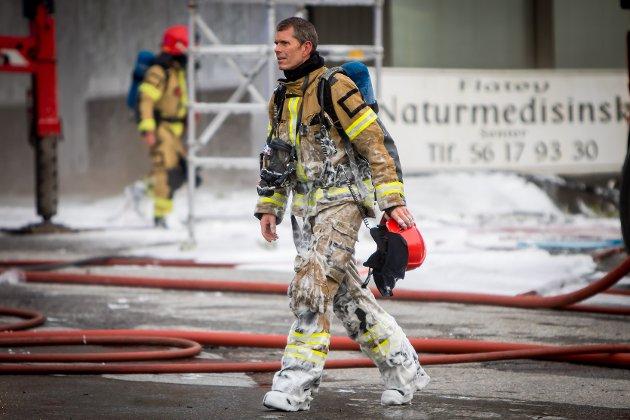 Frå brannen i eit forretningsbygg på Flatøy tidlegare i år.