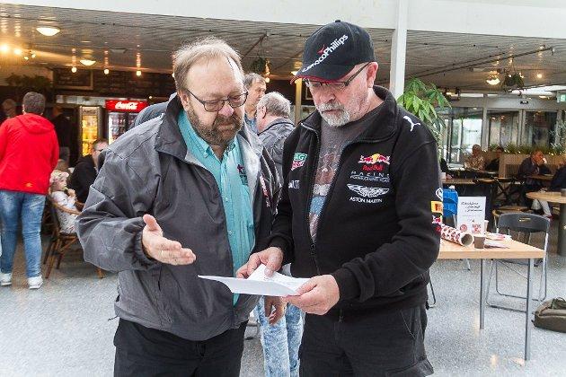 Morten Klementsen i FNB Alver og Steinar Eikanger under partiets første valkamplaurdag på kaféen Folkemunne i Knarvik senter.