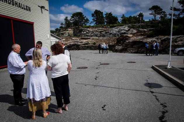 Gruppemøter i Lindås kommunestyre for å finna ut kva dei ulike partia meiner om elbilbetaling i Nordhordlandspakken.