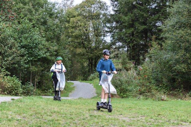 Fleire av elevane brukte elsparkesykkel som transportmiddel til Haltejohansvika. Her er Nathaniel Prajuabsuk Solhaug og David Alexander Sherrock i farta.