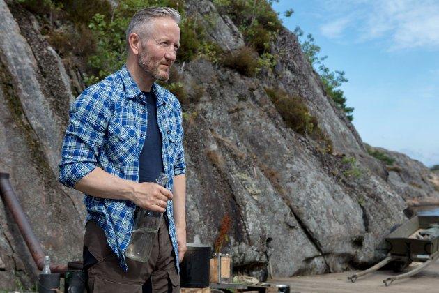 Geir Magne Haukås speider ut over havet nede på brygga ved gården på Farmen.