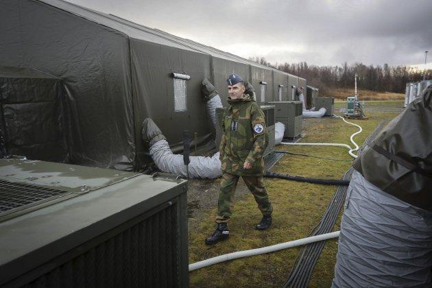 Lang forberedelse: Henning Homb er klar for storøvelsen. Her ved teltet hvor 300 italienske soldater skal få mat.