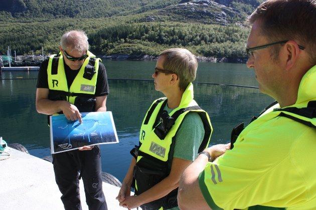 Gründer Anders Næss forklarer Naturvernforbundets Anne-Karin Daniloff hvordan man henter vann fra dypet, som settes naturlig i en strøm laksen svømmer i. Til høyre Veterinærinstituttets Arve Nilsen
