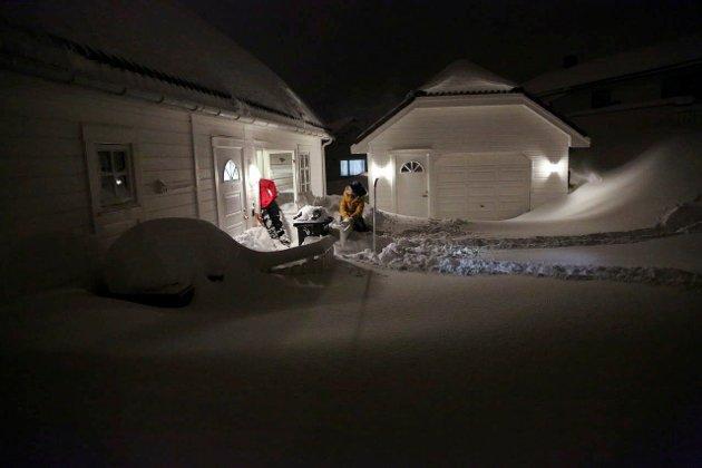 Det har snødd i Lofoten. Ja, noen steder har det snødd så mye at folk måtte måke for å få opp utgangsdøra.  Foto: Stein Ivar Andersen (NTB scanpix)