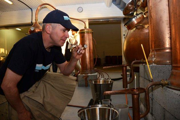 Gin fra Myken Destilleri. Her er daglig leder Roar Larsen.