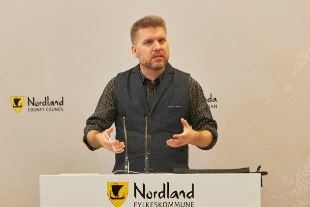 Marius Jøsevold på fylkestingets talerstol i debatten om studiestedsstruktur ved Nord Universitet.