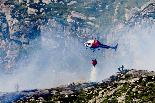 Både mannskap på bakken og helikopter var i aksjon for å slukke gressbrannen på Sotra i juni.