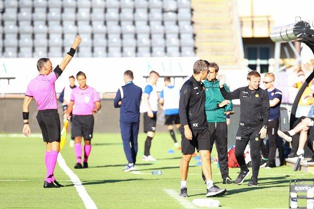 Bodø/Glimts assistenttrener Morten kalvenes får gult kort av dommer Paolo Valerri under Europa conference leauge kampen mellom Bodø/Glimt og Valur på Aspmyra stadion. Kampen endte 3-0.