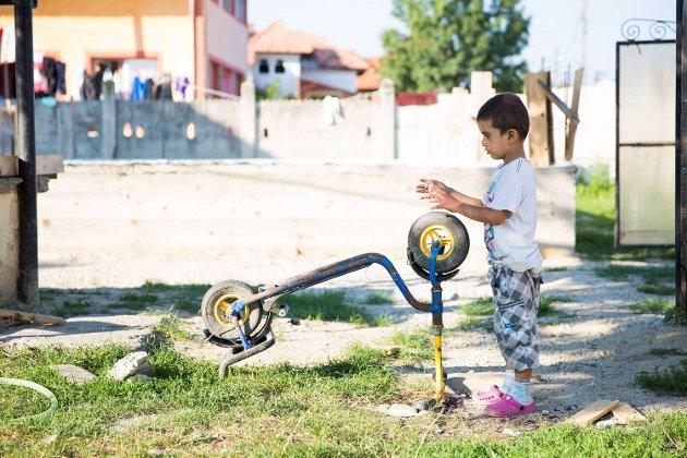 David (4) bor sammen med sin tvilling Petrut og storebror Armando (14) på den rumenske landsbygden. Mamma og pappa er i Bergen for å tjene penger.