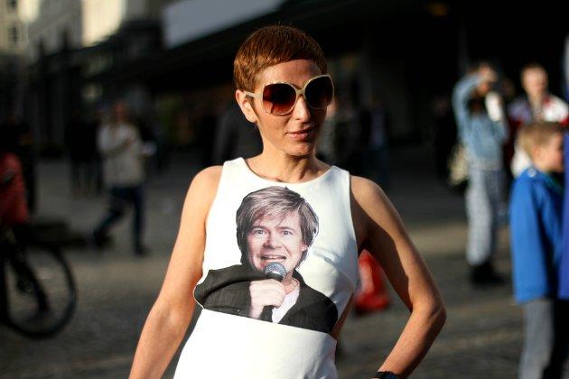 Lisa Tønne med hyllest til de nominerte, her med Roar Brekke-trykk på kjolen.