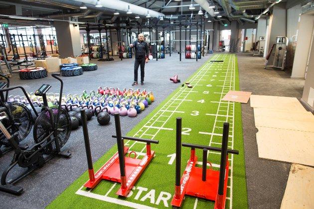 Midt i treningssenteret er det et crossfit-inspirert område.