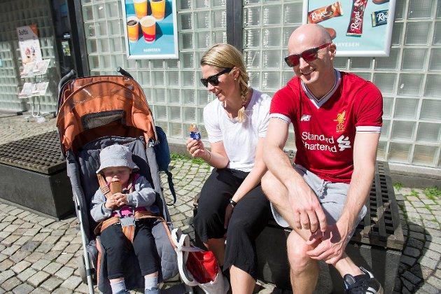 Morten Aaberg, Cathrine Olsen og Sigve Aaberg nyter en is i solen.