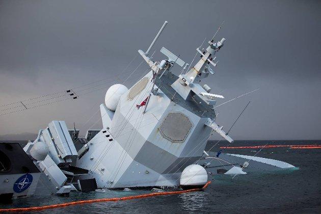 Arbeidet med å sikra og berga den havarerte fregatten KNM «Helge Ingstad» pågår for fullt utanfor Øygarden måndag ettermiddag.