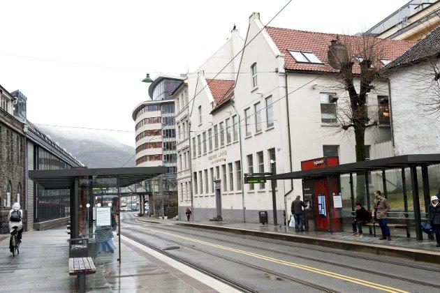 Sølvvarefabrikken er ikke Bergens mest skjellsettende bygning. Men den er tusen ganger mer     sjarmerende enn den iskalde ødemarks-arkitekturen som har fått bre seg ved Lungegårdsvannet, skriver Erling Gjelsvik. Foto: Eirik Hagesæter