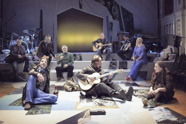 «Heim» er teatersjef Solrun Toft Iversens signaturposjekt, som strekker seg over flere år og tidsepoker.                  Lørdag var det premiere på del en i Logen.