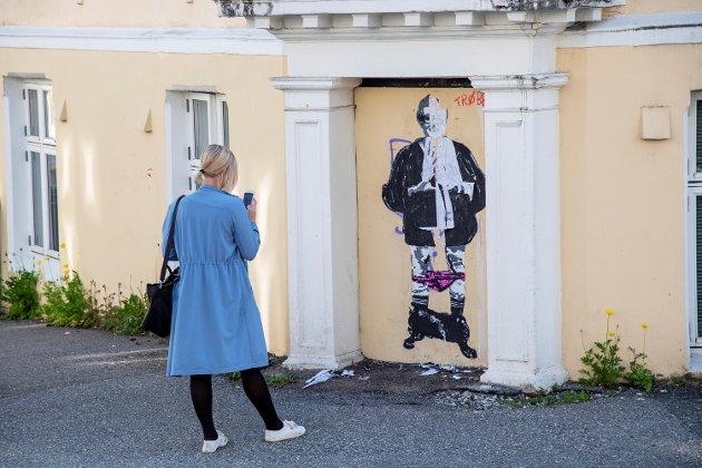 Kunstneren som kaller seg Trøbbel har laget en graffiti av Trine Skei Grande med trusen på knærne.