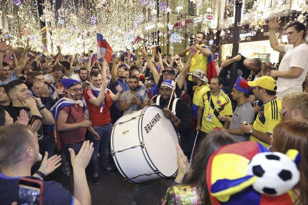 Russiske fans i Moskva feirer seieren over Spania 1. juli.