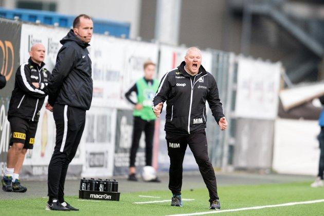 Mons Ivar Mjelde (t.h.) lever i uvisse om han får fortsette i Åsane. Det er bare to år siden det var full storm i klubben, også da på grunn av trenerens fremtid.