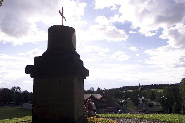 – Det er vanskelig å få øye på forsonende trekk ved Olav den hellige, men i den tvilsomme forsamlingen av høye herrer, skilte han seg ikke ut. På bildet Olav-støtten ved Stiklestad Nasjonale Kultursenter. Foto: NTB/Scanpix