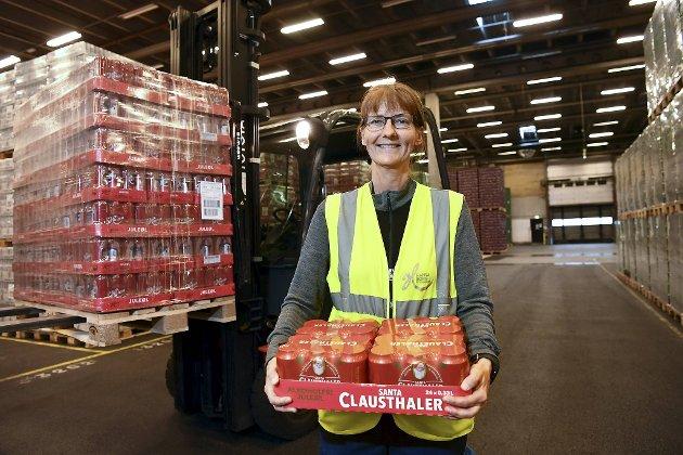 Anne Mørch er truckfører og har jobbet på Hansa siden 1982. Her står hun med et brett alkofritt Santa Clausthaler i armene.