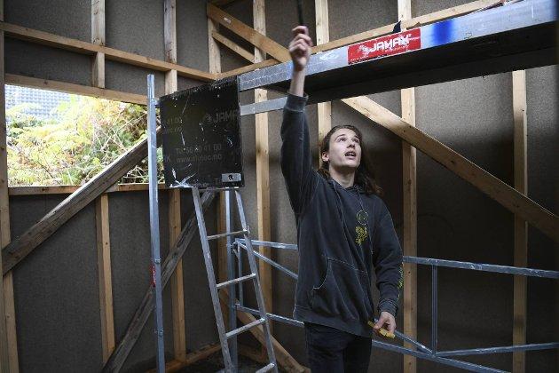 14-åringen har gjort det aller meste arbeidet med huset selv.
