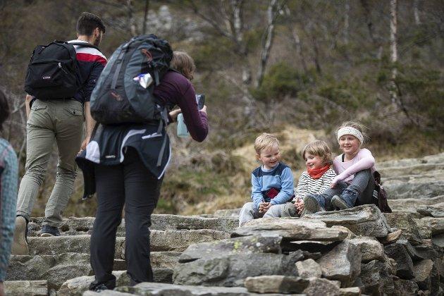I april i år ble Marcus Stensletten (4), Viljar Tennebekk (4) og Emilie Stensletten (8) foreviget på vei til Ulrikens topp.