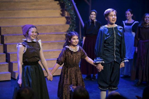 Lykkelig slutt for Ella, Vanessa og Filip. Fra venstre Benedicte Tennebekk, Rikke Storetvedt-Ådland og Mathias Igland Kausland.