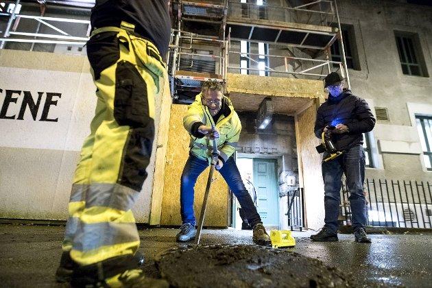 Representanter fra Bergen Vann, brannvesenet og teateret gikk raskt i gang med å lete etter årsaken.