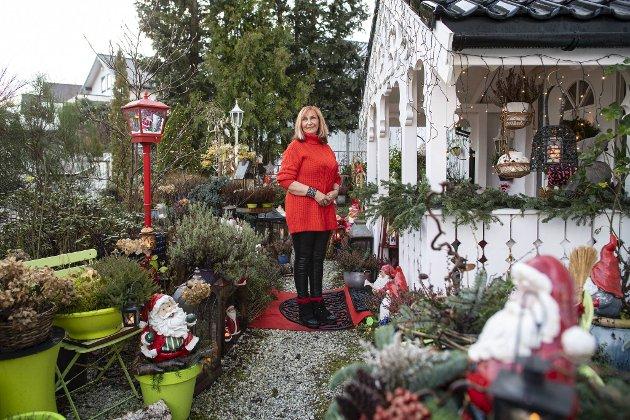 Når «juledamen» på Laksevåg er ferdig med å pynte innendørs, hiver hun seg rundt hage og uteplass.